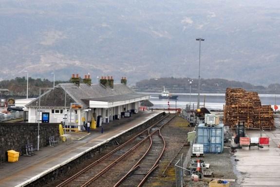 Der schottische Bahnhof Kyle of Lochalsh liegt direkt am Meer.