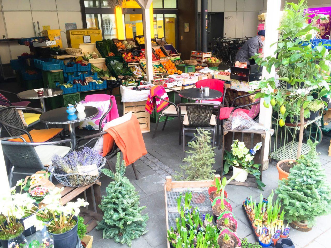 Gelungene Integration: Blumen, Obst, Cafe