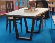 Tisch mit Gestellrahmen schräggestellt