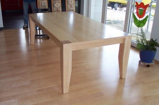 Tisch mit sichtbaren Stollenfüssen konisch