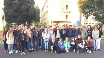 Gruppenbild mit der Austauschgruppe vor dem Collège Lavalley, Saint-Lô, September 2016.