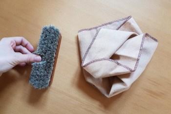 Weiche Bürste oder Schuhputztuch Lacklederschuhe pflegen