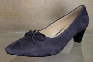 Ein Schuh nicht nur für jeden Tag sondern auch zu festlichen Anlässen, aus weichem Velourleder in einer wunderschönen Farbe, sehr vielseitig zu kombinieren.