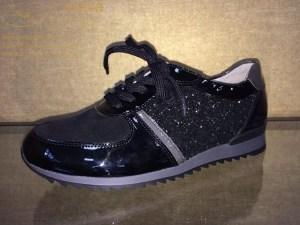 Mit diesem sehr schicken und modernen Schuh lenken Sie alle Blicke auf sich. Der Materialmix aus Velour-, Soft- und Glitzerlackleder in schwarz/grau sticht jedem gleich ins Auge. Er hat eine rutschfeste gezackte Gummisohle und ein herausnehmbares weiches Fußbett mit einer schmalen Ferse in der Weite H. Dieser Schuh ist sehr bequem und lässt sich auch bei langen Spaziergängen sehr gut tragen. Mit diesem Schuh setzt Waldläufer edle Akzente.