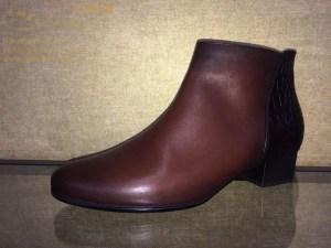 """Eleganter Kurzschaft Stiefel mit einem 35 mm Blockabsatz in Holzschichtoptik und seitlichem Reißverschluss von Gabor. Ein interessanter Mix aus Glattleder und Leder in Kroko-Optik, mit diesem Stiefel sind sie absolut """"TRENDY"""". Er hat eine flexible, profilierte Laufsohle und eine herausnehmbare Textil-Decksohle."""