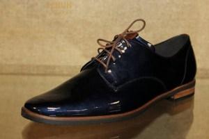 Ein sportlich eleganter Damen Schnürschuh aus nachtblauem Lackleder mit braunen Schnürsenkeln. Er hat eine rutschfeste Gummisohle und seitlich an ihr werden braune Akzente gesetzt. Dieser Schuh hat einen 15 mm hohen Absatz und ist daher ein sehr bequemer Begleiter. Er passt zum eleganten Hosenanzug oder auch zur Jeans.