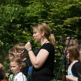 """Frau Rawalski begrüßt alle Eltern und Kinder und eröffnet das """"Fest der Talente""""!"""