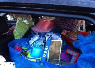Mit einem Kofferraum voller Spielzeug machte sich Frau Lorenz auf den Weg zu Arinet.