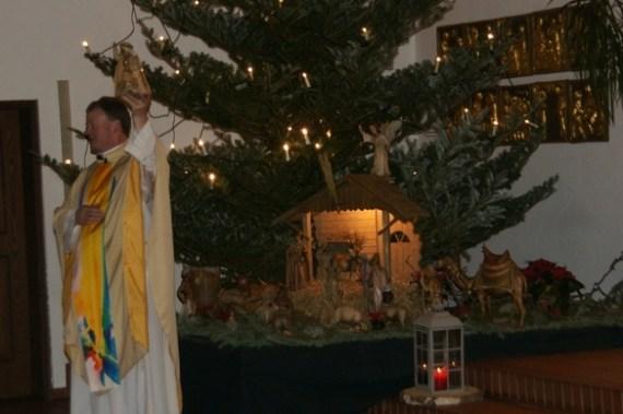 Pastor Wellenbrock zeigt die Heiligen 3 Könige in der Krippe.