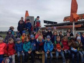 VSka und Klasse 1a am Ziel der Wanderung: Die Flughafen-Aussichtsbrücke
