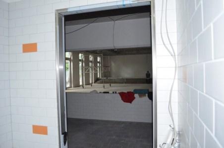 Ein Blick aus der Küche in die Mensa.