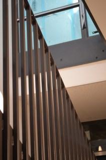 Ob Türzage, Treppenhausgeländer oder Fensterzage - überall findet sich der dunkelgraue und warme Ton wieder.