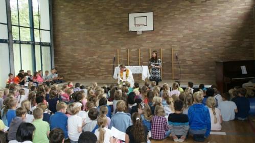Vor der Wort-Gottes-Feier begrüßt Frau Meyer-Marcotty alle Kinder und Lehrer.