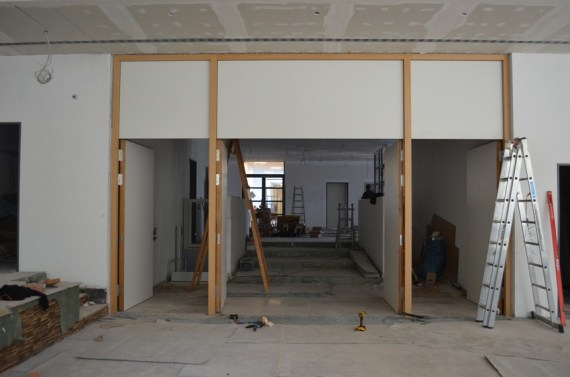 Trennwand zwischen dem Eingangsbereich in der Mensa