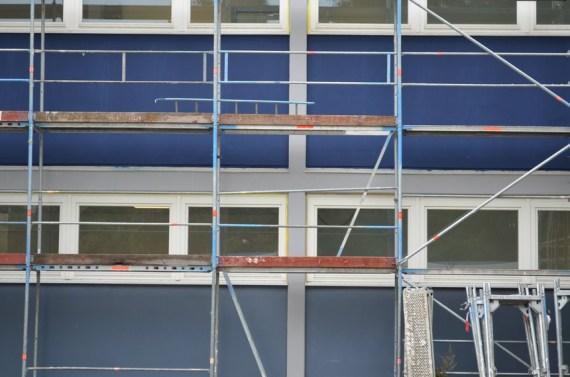 Der obere Teil ist bereits gestrichen. Unten sieht man noch die alte Fassade.