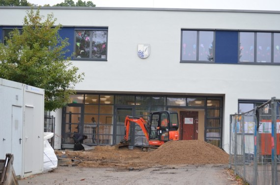 Nachdem der alte Asphalt abgetragen wurde, kann nun der neue Bodenbelag vorbereitet werden.