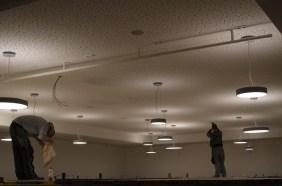 Die Lampen in der Mensa werden montiert!