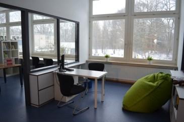 Im Verbindungsraum zwischen Bücherei und Computerraum werden bald Schüler die Bücherausleihe selbstständig übernehmen.