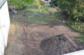 """Auf dieser Fläche wird in einem nächsten Bauabschnitt das """"Grüne Klassenzimmer"""" und der Schulgarten entstehen."""