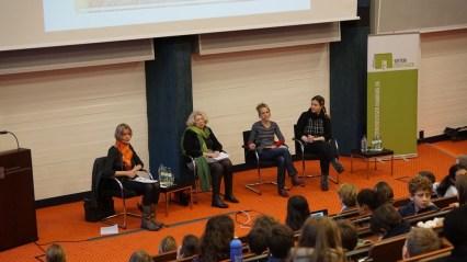 """Frau Rodenbeck, die sich seit 21 Jahren für den """"Runden Tisch Blankenese – Hilfe für Flüchtlinge"""" engagiert, kann viele Fragen der Kinder beantworten."""
