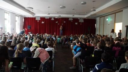 Alle Schüler waren in die Aula gekommen um das Musiktheater zu sehen.