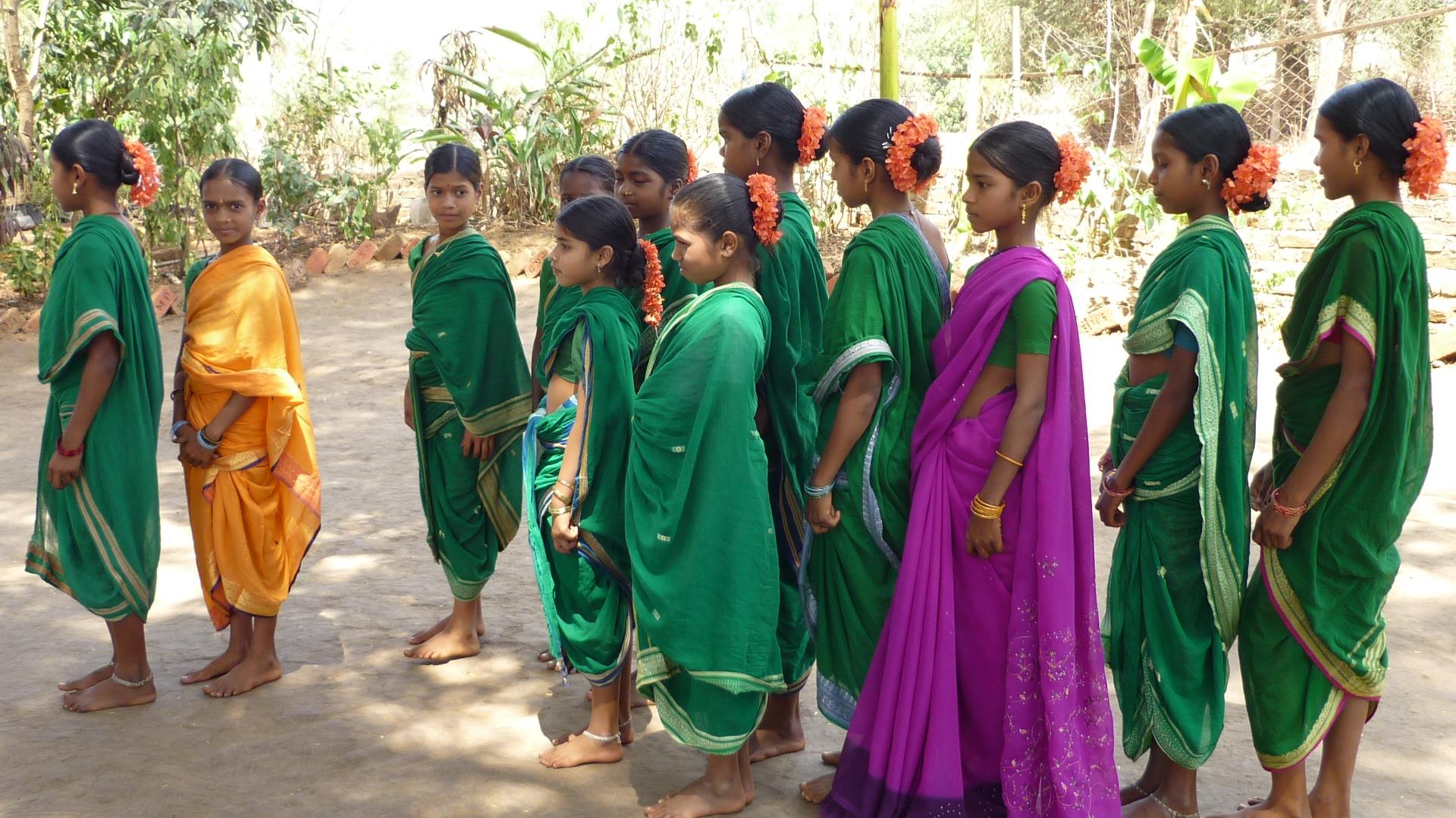 Mädchen tragen die tradinionelle Kleidung zum Begrüßungstanz