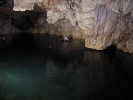 Člnkovanie na duši v jaskyni