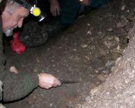 Odkrývanie črepov Púchovskej kultúry. Foto: František Hanes