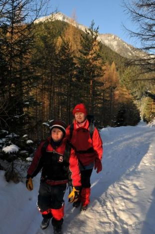 Kráčame k jaskyni. V pozadí vrch Pravnáč v Chočských vrchoch
