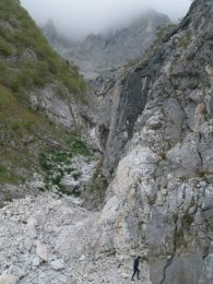 Ľubo Očkaik si ide prezrieť puklinu s ozvenou v kaňone pod Solúnskou Glavou