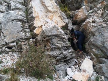 Za pomoci palice Ľubo vypáčil skaly z vchodu
