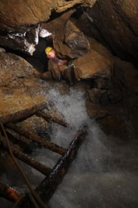 V-1 -voda valiaca sa z Mramorovej chodby