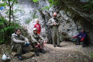 Pred jaskyňou V-1