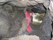 Seknutá Slávka na schodíku z balvanu vo vstupnej studni.