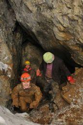 Slávka vynáša z jaskyne posledné skalky pred prestávkou