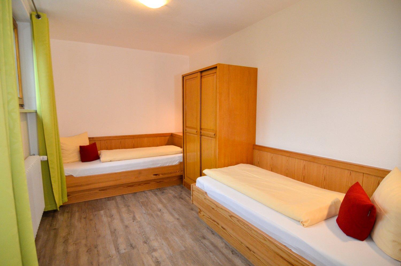 Schlafzimmer mit zwei Einzelbetten