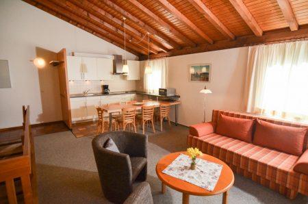 großzügiger Wohnraum mit Küchenzeile, Doppelschlafcouch und Esstisch