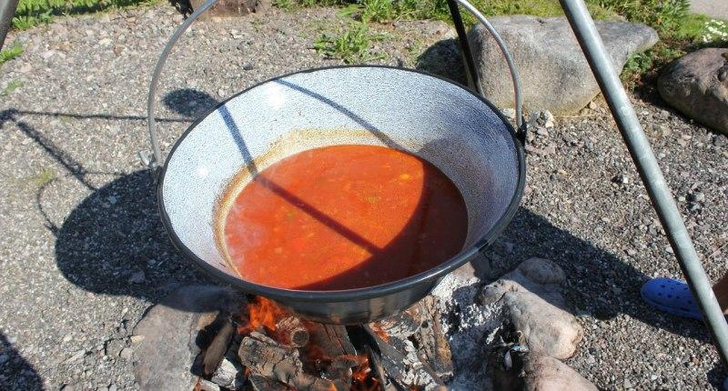 Gulaschsuppe im Kessel auf offenem Feuer
