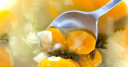 Gemüsesuppe mit Rindfleisch am Schwenkgrill