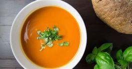 Tomaten-Orangen-Suppe über offenem Feuer