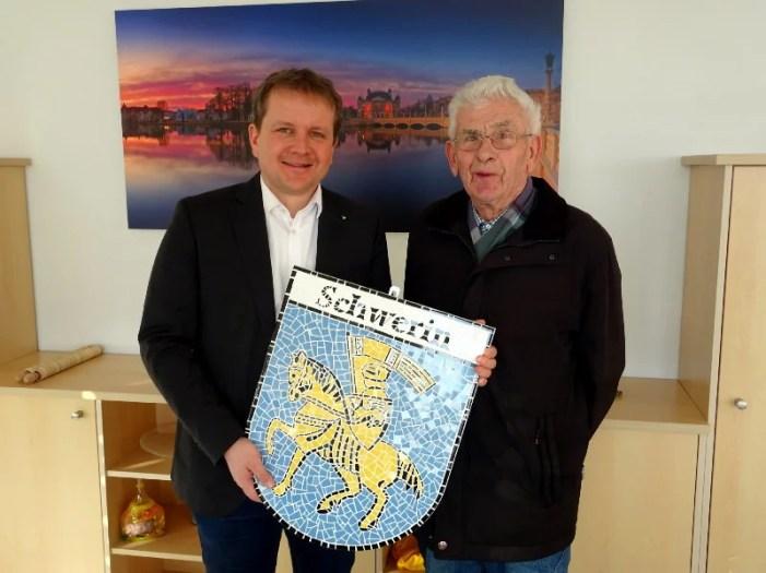 Heinz Kolbe stiftet Schwerin ein neues Wappen-Mosaik