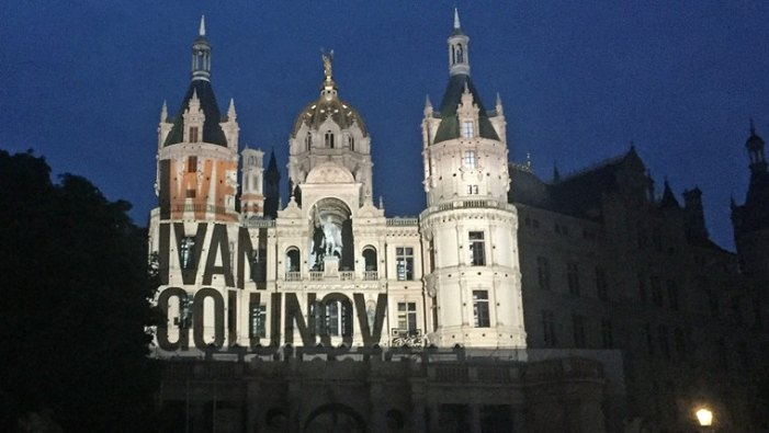 Unbekannte solidarisieren sich mit russischem Journalisten