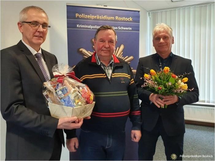 Schwerin: Polizei ehrt Taxifahrer für engagierte Aktion