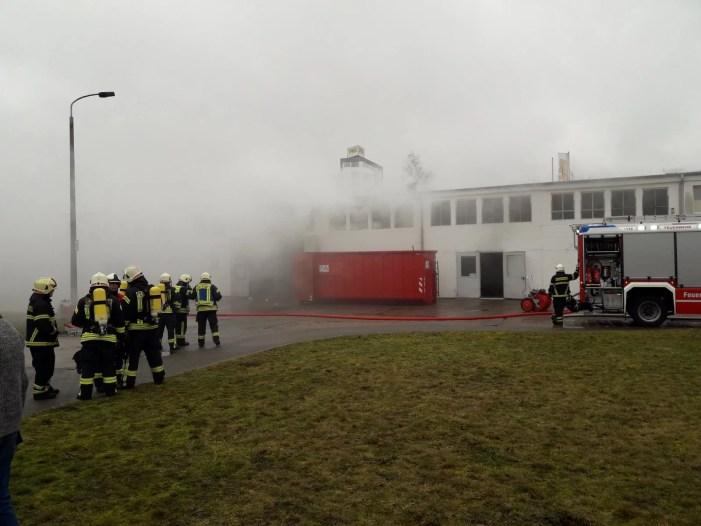 Schwerin: Eine verletzte Person bei Werkhallen-Feuer
