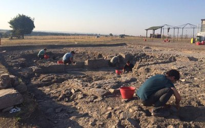 Two Approaches to Digging Up Discoveries in Italy