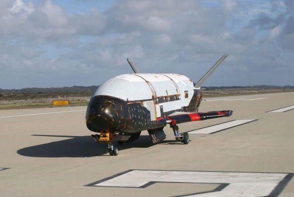 X-37B auf dem Rollfeld der Vandenberg Air Force Base. Bild: Wikimedia Commons, US Air Force, gemeinfrei.