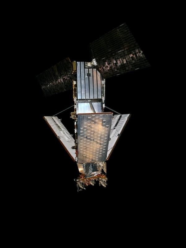 Iridium-Telekommunikationssatellit mit seien drei großen Antennenflächen. Bild: Wikimedia Commons, Rlandmann, CC BY-SA 3.0.