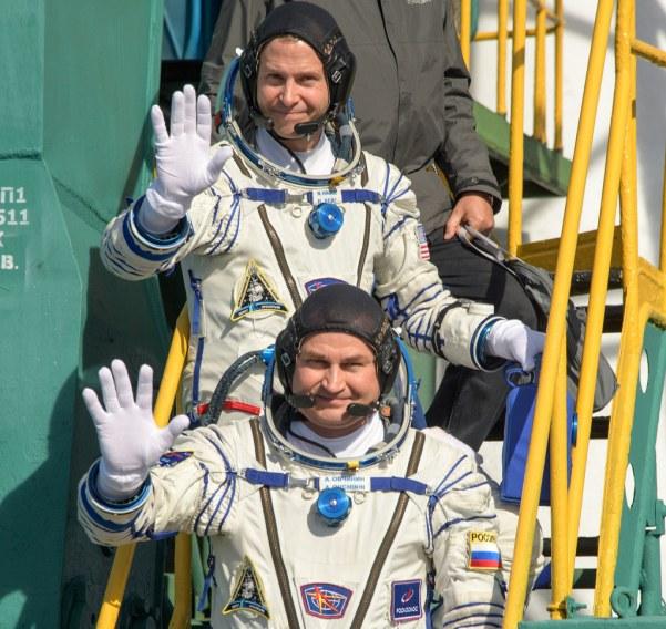 Nick Hague (oben) und Alexei Owtschinin verabschieden sich am Fuß der Startrampe. Bild: Flickr, NASA/Bill Ingalls, CC BY-NC-ND 2.0.