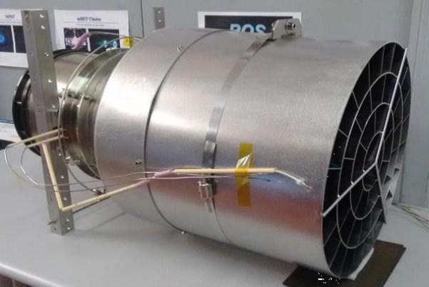 Testaufbau bei Sitael/Pisa. Der RAM-HET wird dominiert vom Kollektorbehälter, der etwa 50 cm durchmisst und einen Meter lang ist. Das Triebwerk bringt es auf ca. 50 kg. Bild: © ESA, frei für Bildungszwecke.