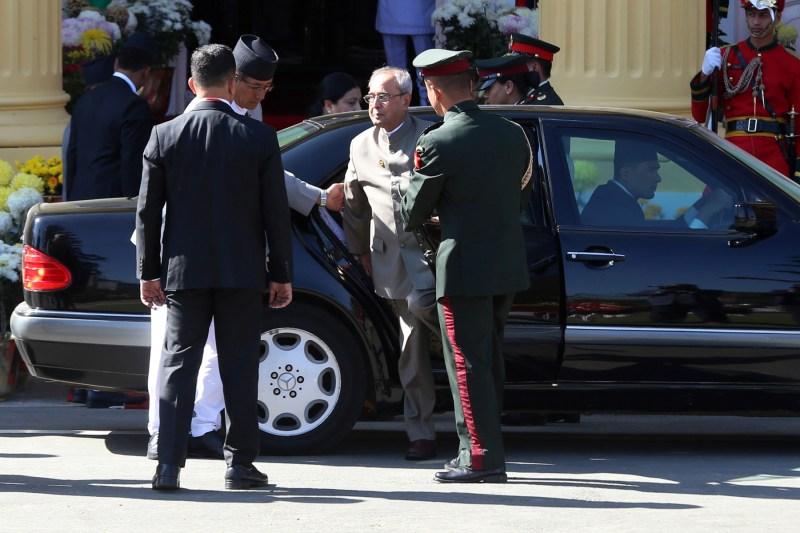 एउटै सवारीमा रहेका दुई राष्ट्रपति एकसाथ दायाँबायाँतर्फको ढोकाबाट शीतल निवासमा पुगेपछी उत्रिदै